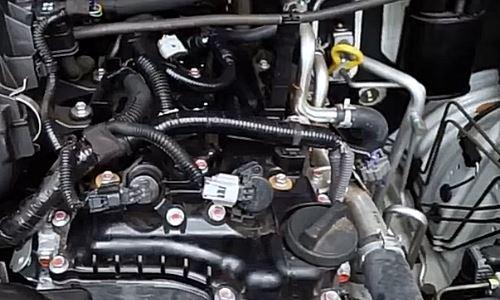 memeriksa ruang mesin pada mobil Cara Melihat Kondisi Mesin Mobil Bekas